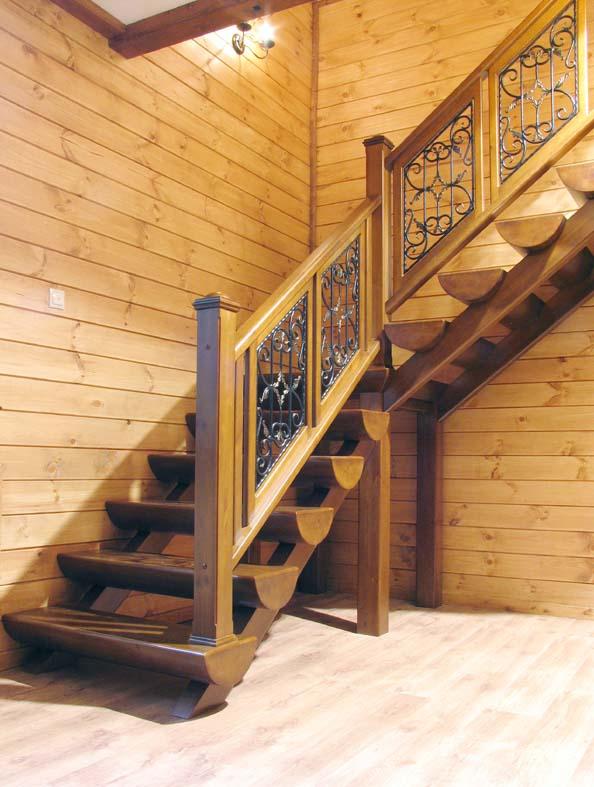 Деревянная лестница к дому